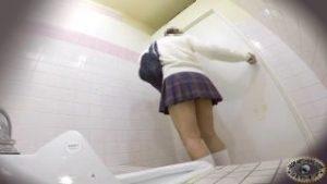 jk達が次々と全裸でおしっこをトイレでする