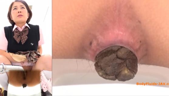 女性が極太うんこを出すところを色々なアングルで見る