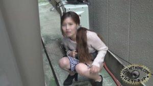 女の子野ションをしているときに盗撮されているのに気づき動揺する