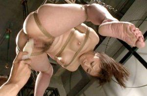 《ハードSM 麻縄責め》美巨乳美女がマ〇コに蝋燭を近づけられたり電マ責めでイキ潮大量失禁おもらしで吊るしプレイ《ギャル》