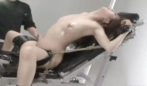 【SM】素人エロボディー美女が拘束された状態でピストンマシンで激ピストン責めでエロ顔でアクメ絶頂連発《美乳×変態》