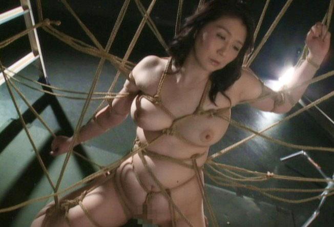 【熟女・SMハード】淫乱エロボディー美女が麻縄で緊縛拘束されて乳首を重点的に蝋燭責めで調教されまくり《美乳×変態×痴女》