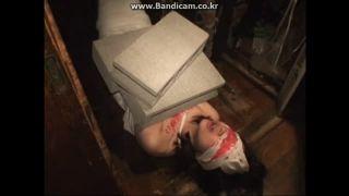 【SM】変態ドM女がブロック塀を体に乗せて拘束した状態で首を足で踏んで陵辱ハードプレイで調教【変態・フェチ】