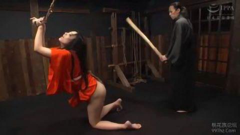 《SM 素人》ボディー美女が拘束された状態で美尻なお尻を突き出してエロ顔で感じまくりながら調教され性奴隷化《痴女》