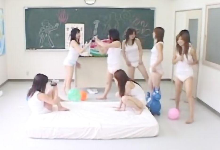 【スカトロ オムツプレイ】スレンダー美少女達がオムツを穿いてハイハイなど赤ちゃんプレイで変態フェチ動画《オシッコ》