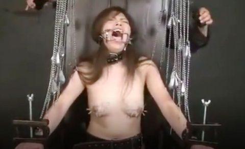 【閲覧注意!!】拘束された状態で皮膚を針で体を固定され、乳首に針をいっぱい刺されまくるSMフェチ動画!