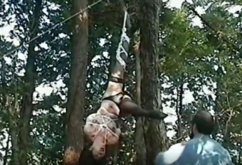 【SM】素人お姉さんが麻縄で緊縛拘束状態で野外に吊るされて調教プレイ!!乳首洗濯バサミで挟まれオシッコ強制飲尿!!