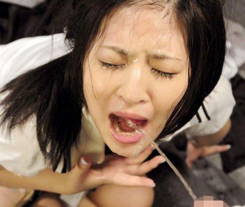 【スカトロ SM】スレンダーな美女が強制イラマチオで喉の奥まで突かれて変態男のおしっこをぶっかけられ喜びながら飲尿プレイ