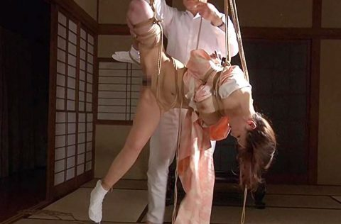 【SMエロ動画】かわいい美巨乳美女が麻縄で緊縛拘束された状態で吊るされ調教!食い込みがエロすぎる!!