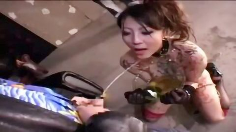 【スカトロ おしっこ飲尿】超ド淫乱なM女が大量に小便を口の中に入れられ人間便器化!オシッコした後のちんぽをお掃除フェラ!