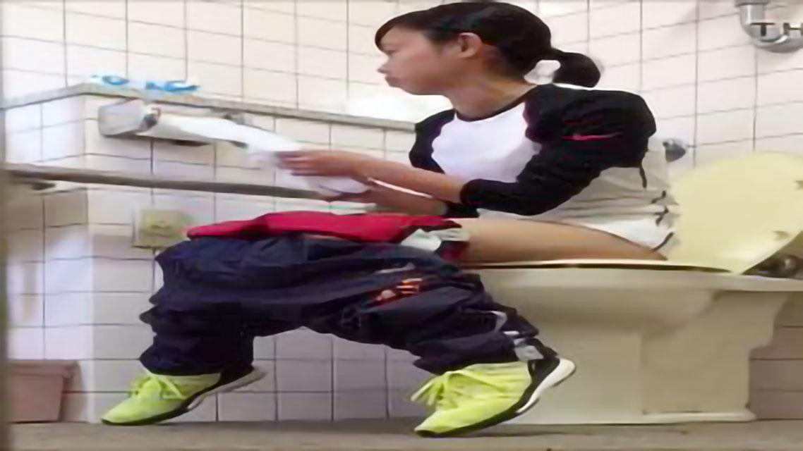 【スカトロ オシッコ盗撮】ガチヤバイ!!学校のトイレにカメラを仕掛けてオシッコ排泄するところを隠し撮りした素人流出映像!