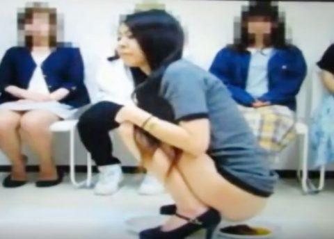 【スカトロ動画】人の目の前で素人美女がウンコを大量排便!!ウンコ座りで堂々と脱糞しまくってヤバすぎ!