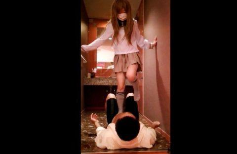 【素人流出】制服女子校生に股間を思いっきり蹴られるフェチプレイをする映像が流出!!