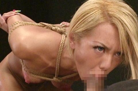 【SM動画】麻縄で美乳NH美女が拘束され蝋燭責めからの強制イラマチオ!!アナルセックスしながら手コキでザーメン発射!!