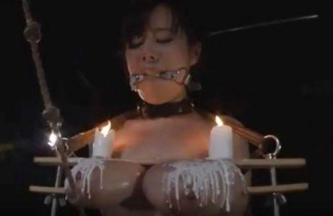 【SM動画】開口具をつけられ爆乳おっぱいを挟まれて蝋燭責めされるハードエッチなフェチ動画がこちら!!