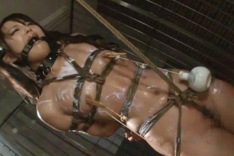 【SM 調教動画】美乳なスレンダー美女が麻縄で緊縛され股縄で吊るされながら調教プレイ!スパンキングされエロ顔で感じまくり