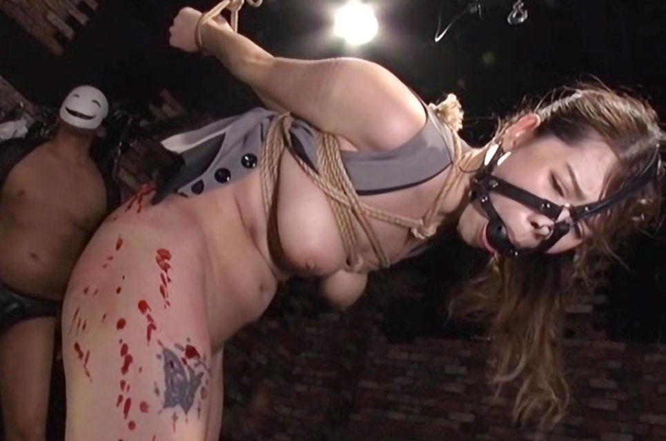 【SM動画】美巨乳お姉さんが口枷つけられムチ責めからの強制イラマチオで喉のお熊で突かれまくり!!