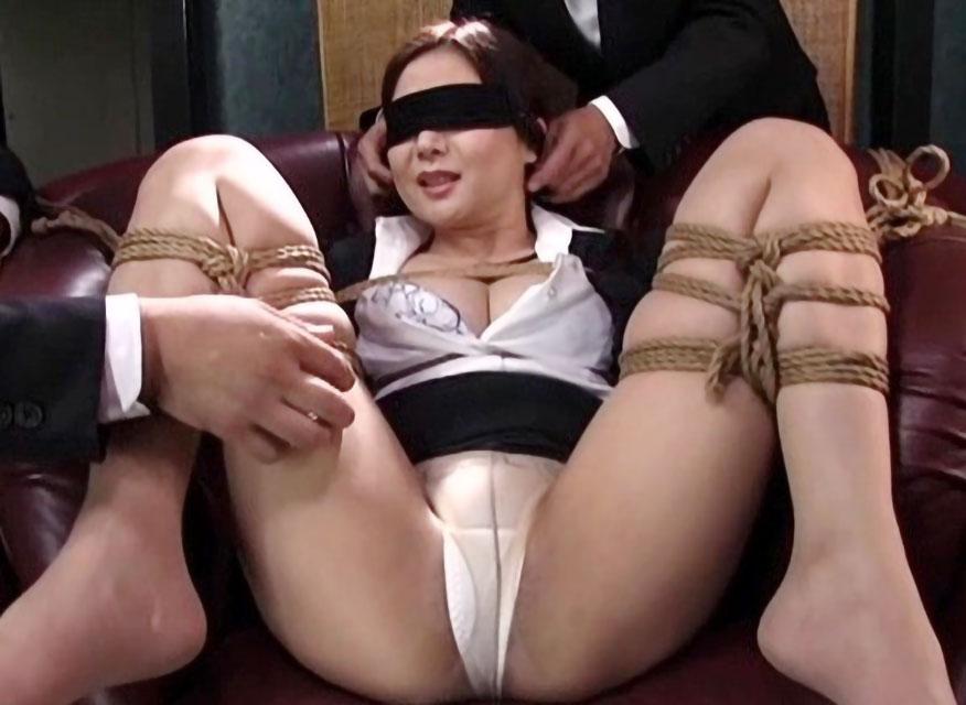 【SM動画】麻縄で緊縛されたお姉さんが目隠しされて凌辱レイプ!パンツ丸見えでおっぱい触られ淫語責めで感じまくり!!