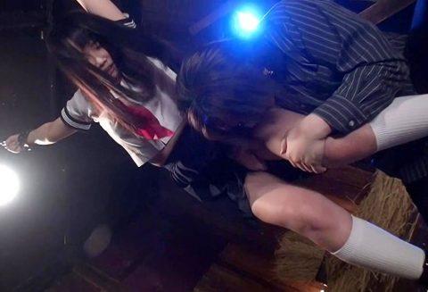 【SM 潮吹き】激カワな制服JKが拘束され手マン責めでイキ潮大量失禁!!ギロチン台に拘束されたりしてエロすぎ!!