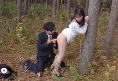 【野外浣腸】スレンダーお姉さんが野外でアナル舐められ浣腸液注入!その後イラマチオされながら浣腸プレイ!