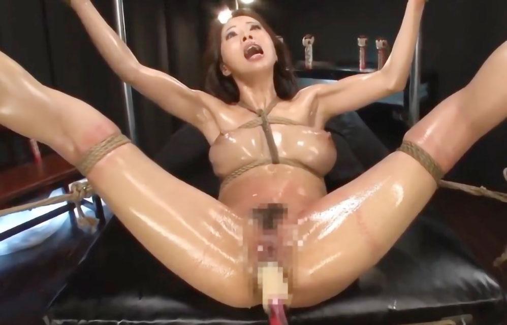【SM】麻縄で緊縛された変態女がピストンマシンでマ〇コを激突きセックスで感じまくり!!【フェチ】