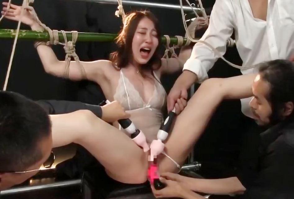 【SM調教】スレンダー美女が拘束状態で3人の男共に電マやディルドでマンコを責められ体を揺らしながらアクメ絶頂!!