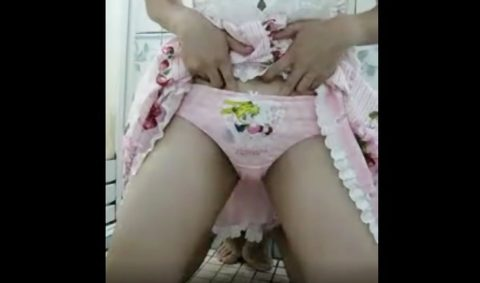 【オシッコ排泄】素人ロリ美少女がスカートたくし上げてオシッコ大量排泄!!自撮りしながらおしっこ放尿して激エロな個人動画!