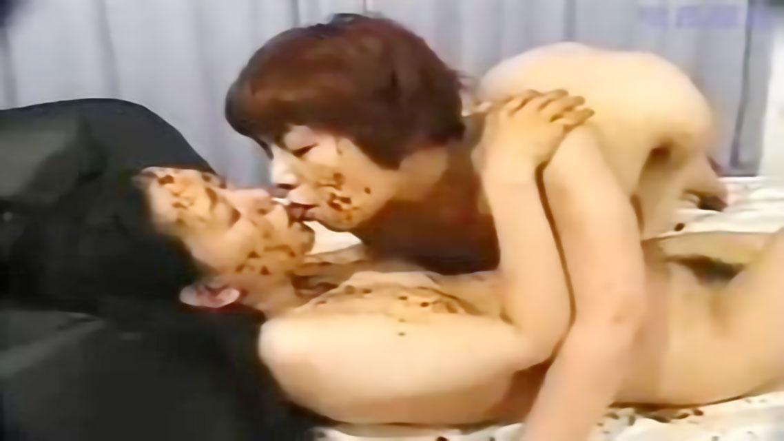 【スカトロ レズ】美女達がウンコを体中に塗まくりながらハードプレイ!レズキスしてウンチまみれに!!