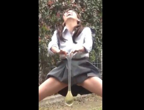 女子高生がコンドームにおしっこをするシーン