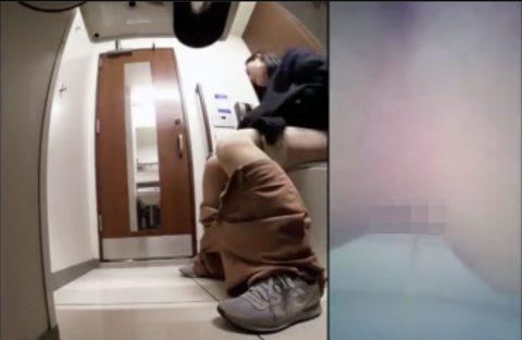 【洋式トイレ隠し撮り】素人女性が百貨店トイレでまんこ丸見えでおしっこ放尿!