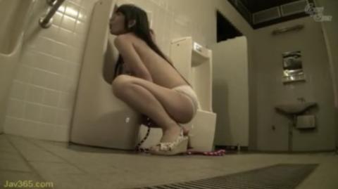【SMおしっこ】美少女が首輪付けられて小便器舐めさせられる!