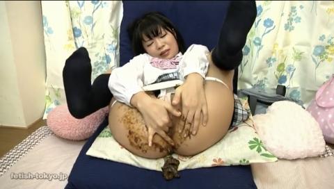 【うんこ塗糞オナニー】女の子がうんこをアナルに塗りたくってオナニーしちゃう!