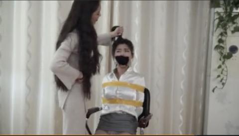 【SM動画】スレンダー美女が女の子をガムテでぐるぐる巻にするSMプレイ!