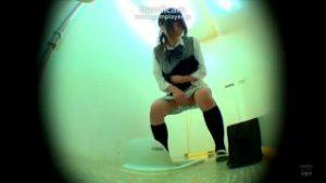 かわいい女子校生がおしっこ漏らしながらトイレに駆け込む盗撮動画