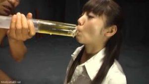 【飲尿・嘔吐】かわいい美少女が強制飲尿!イマラチオをされて巨根ちんぽを喉の奥に突っ込まれてゲロを吐きながらさせられる!