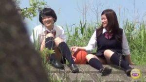 女子校生が野外で浣腸をしてうんこをし合うスカトロ動画